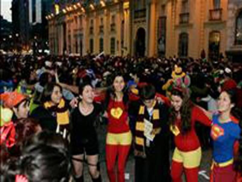 چلی میں جاری احتجاج کو طلبا نےسپرمین، بیٹ مین اور دیگرفلمی ہیروز کے لباس پہن کر انوکھا رنگ دے دیا