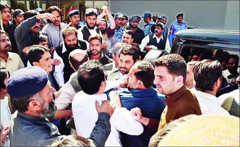 کراچی: ٹمبر مارکیٹ میں بم دھماکے کے بعد پولیس اور سکیورٹی حکام امدادی کارروائیوں میں مصروف ہیں