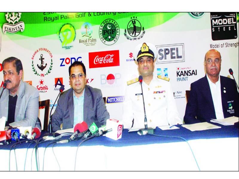 اکبر نقی'کرنل جمیل 'عمر میر'خواجہ پرویز چیف آف دی نیول سٹاف امیچور گالف چیمپئن شپ کی تفصیلات سے آگاہ کررہے ہیں