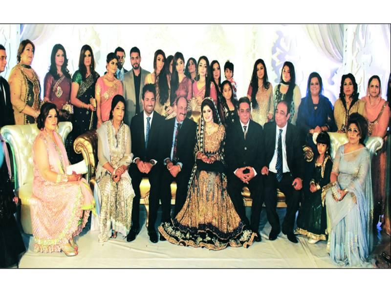 لاہور: کرکٹر وہاب ریاض کے ولیمہ کے موقع پر دلہا دلہن کا عزیز و اقارب کے ساتھ گروپ فوٹو