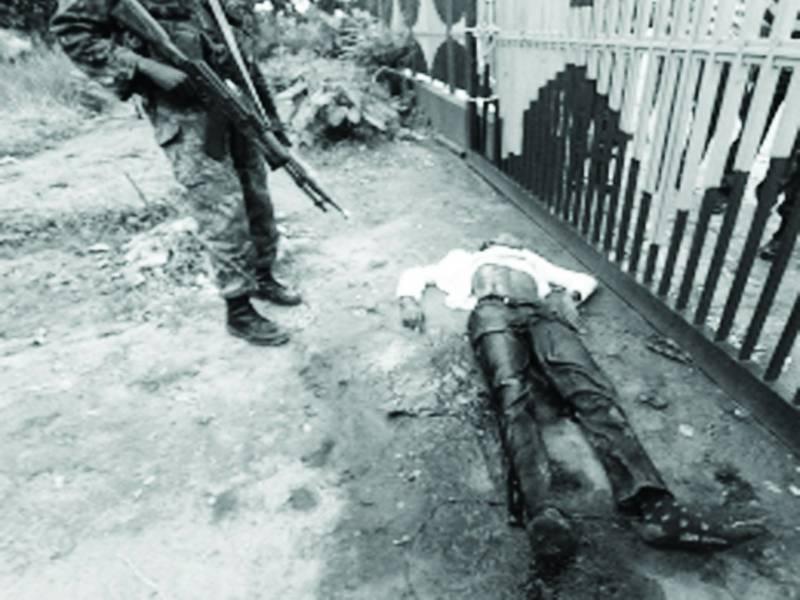 قاہرہ: احتجاجی ریلی میں پولیس اہلکار نے جامعہ الازہر کی طالبہ کو گردن سے پکڑ رکھا ہے