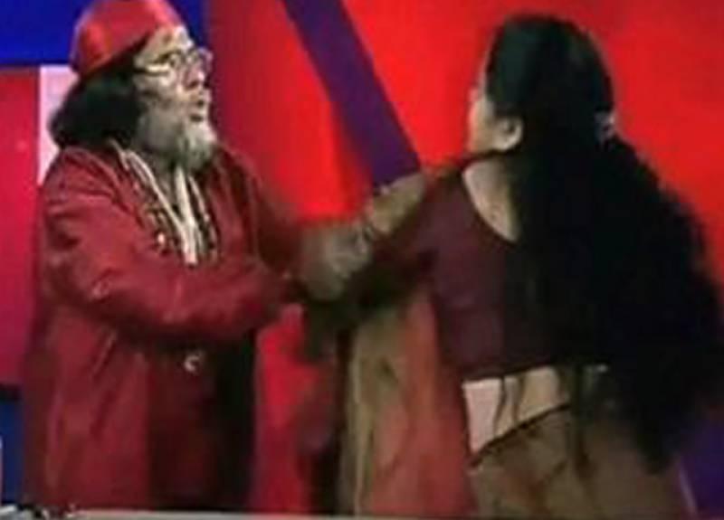 لائیو ٹی وی شو میں بھارتی پنڈت نے خاتون کے ساتھ ناصرف نازیبا زبان استعمال کی بلکہ مار پیٹ کرنے لگے