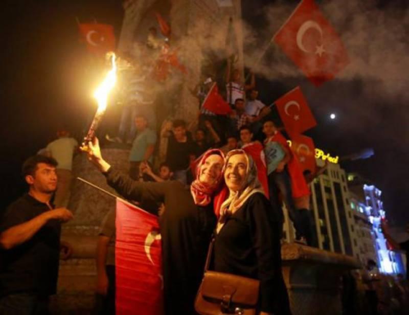 ترکی میں فوجی بغاوت کی ناکامی کے بعد ترک عوام اب بھی سڑکوں پر ہیں اورحکومت کے حق میں جشن منا رہے ہیں