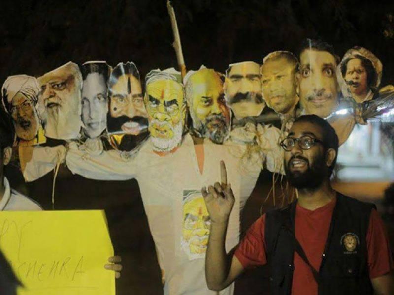 جواہر لعل نہرو یونیورسٹی کے طالبہ نے نریندر مودی کو راون قرار دے کر پتلا نذر آتش کر دیا