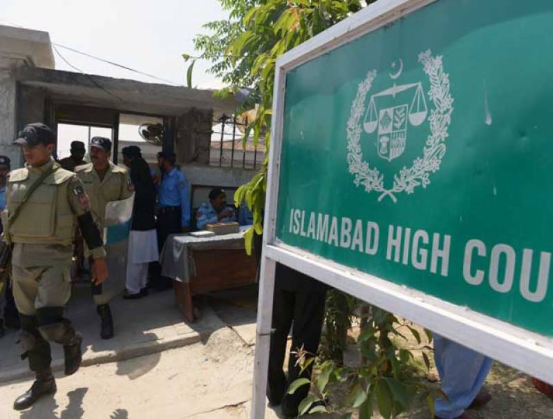اسلام آباد ہائیکورٹ کے احکامات کے فوری بعد انتظامیہ حرکت میں آ گئی ، دارالحکومت میں دفعہ ایک سو چوالیس نافذ کر کے مختلف علاقوں سے پی ٹی آئی کے بینرز ہٹا دیئے گئے