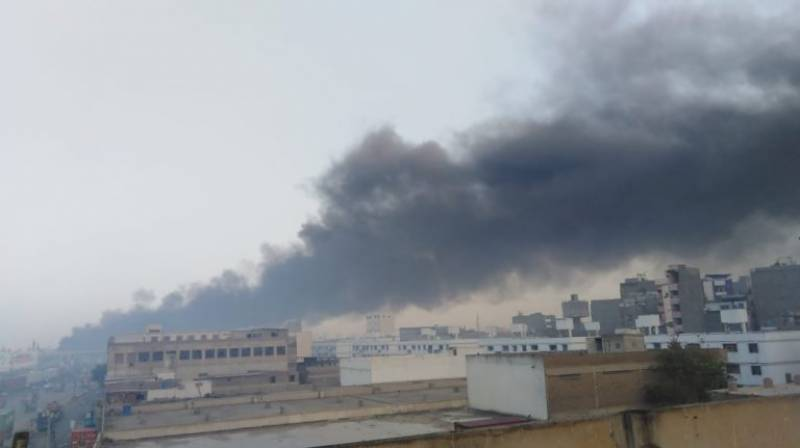 کراچی: آئل ٹینکر میں لگنے والی آگ پرقابو پالیا گیا