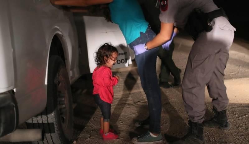 امریکی سرحد پر روتی بچی کی تصویر نے ایوارڈ جیت لیا
