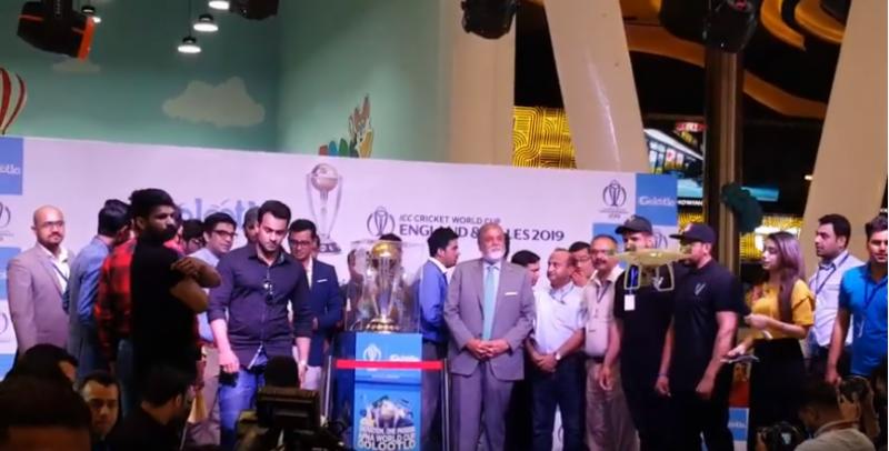 ورلڈ کپ ٹرافی 2019 کی لاہور میں رونمائی،لوگوں کی 2019ٹرافی کے ساتھ سیلفیاں