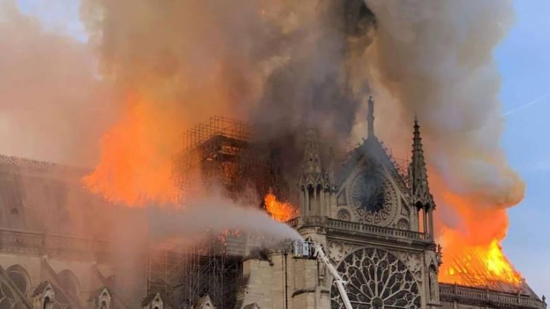 فرانس: مشہور و معروف نوٹرڈیم کیتھڈرل میں لگنے والی آگ پر قابو پا لیا گیا، چھت ومینار زمیں بوس