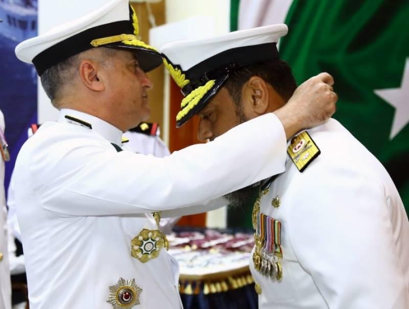 نیول چیف کی جانب سے پاک بحریہ کے افسران اور جوانوں میں فوجی اعزازات کی تقسیم