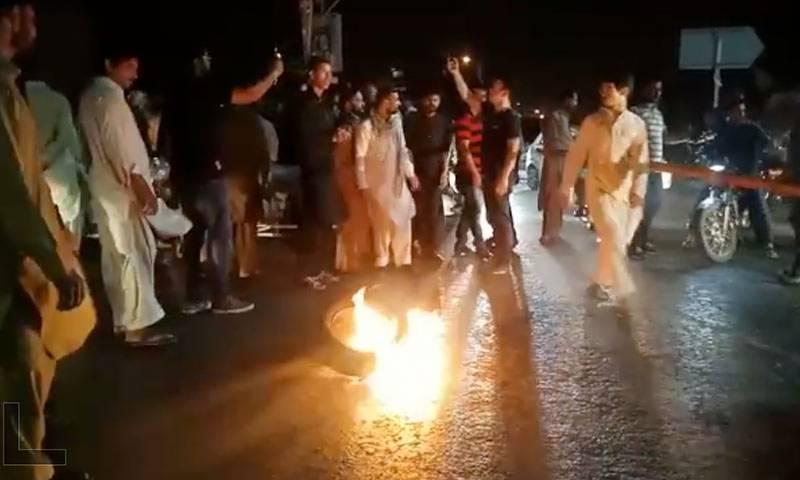 راولپنڈی: ڈاکٹر کی مبینہ غفلت سے 20 سالہ نوجوان دم توڑ گیا،لواحقین کا نعش سڑک پہ رکھ کر شدید احتجاج