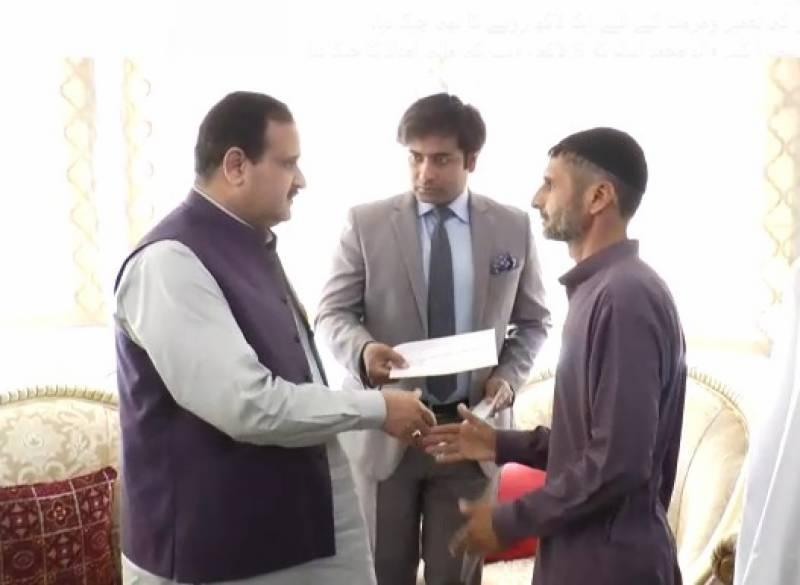 وزیراعلیٰ پنجاب سردار عثمان بزدارسے مختلف حادثات کا شکار ہونے دالوں کے لواحقین کی ملاقات، 54لاکھ روپے مالیت کی مالی امداد کے چیک تقسیم کیے گئے