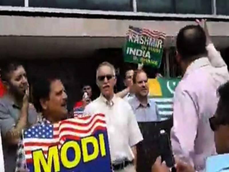 پاکستانیوں اور کشمیریوں کا اقوام متحدہ کی عمارت کے سامنے مظاہرہ