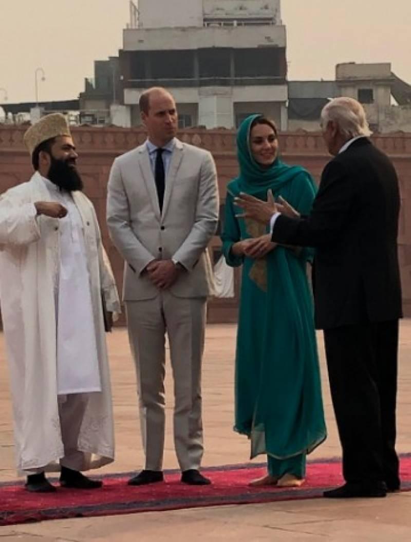 شہزادہ ولیم اور شہزادی کیٹ مڈلٹن بادشاہی مسجد پہنچ گئے