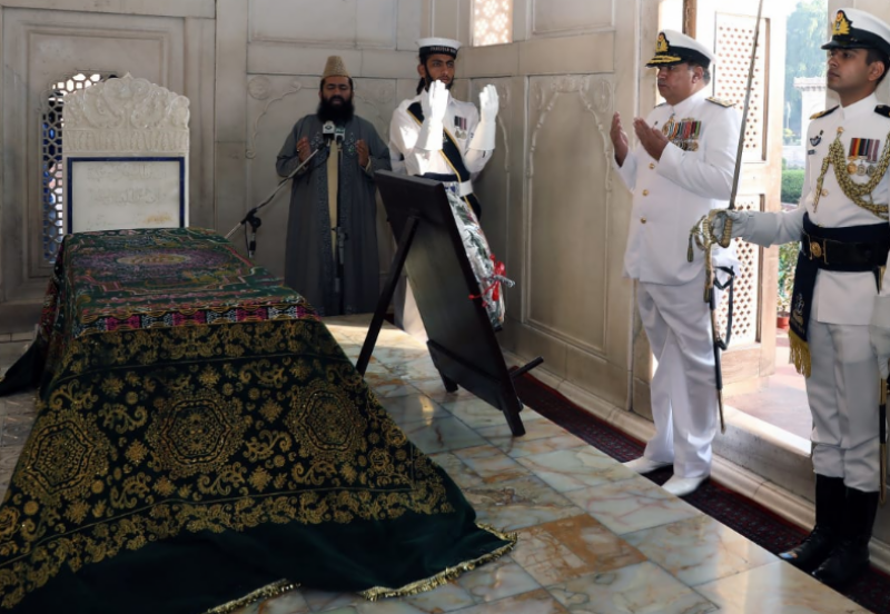 پاک بحریہ نے مزارِ اقبال پر گارڈز کے فرائض سنبھال لئے