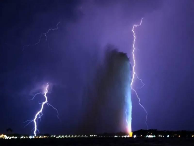 سعودی عرب :جدہ کے بلند ترین فوارے سے آسمانی بجلی کے ہم آغوش ہونے کے مناظر