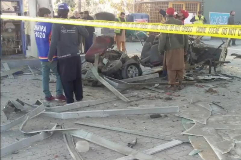 پشاور: سی این جی سٹیشن میں فلنگ کے دوران دھماکا، 1 خاتون جاں بحق، 3 افراد زخمی