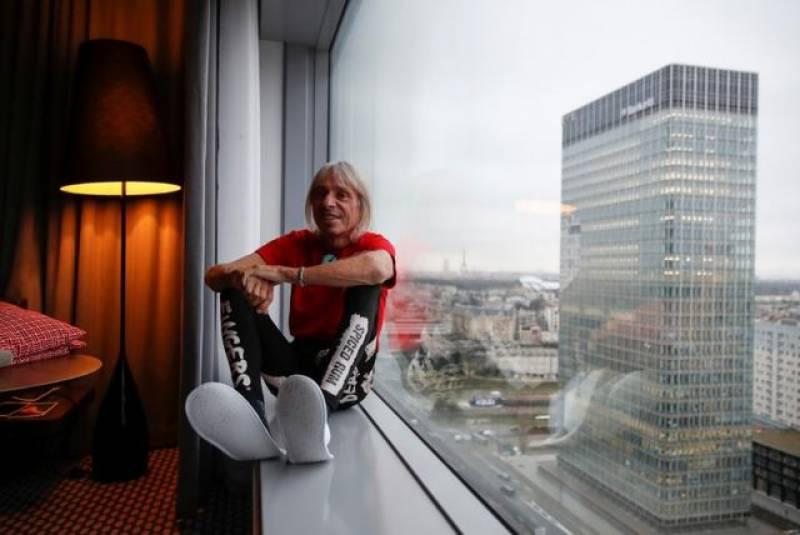 فرنچ سپائیڈرمین کا48 منزلہ عمارت پر چڑھ کر پنشن اصلاحات کے خلاف احتجاج کے شرکاءسے اظہار یکجہتی