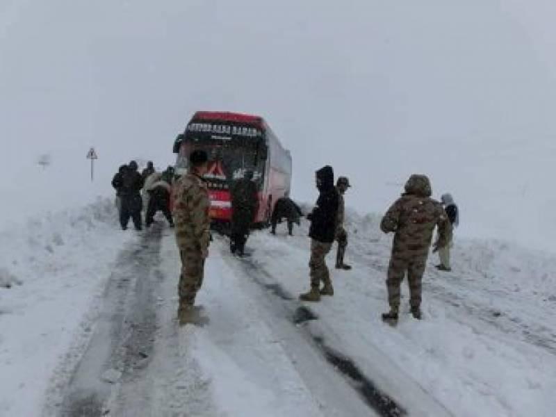 بارشوں اور برفباری سے قیامت ٹوٹ پڑی، ملک بھر میں 97 افراد جاں بحق