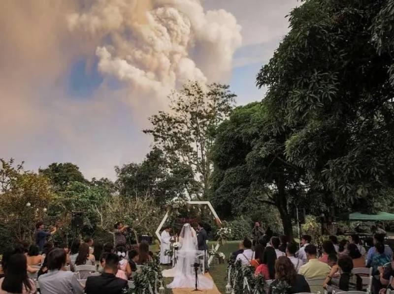 فلپائن : آتش فشاں کے دھوئیں کے سائے میں شادی کی انوکھی تقریب