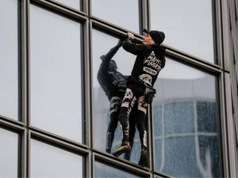 فرانسیسی اسپائڈر مین مظاہرین کی حمایت میں 48 منزلہ عمارت پر چڑھ گیا