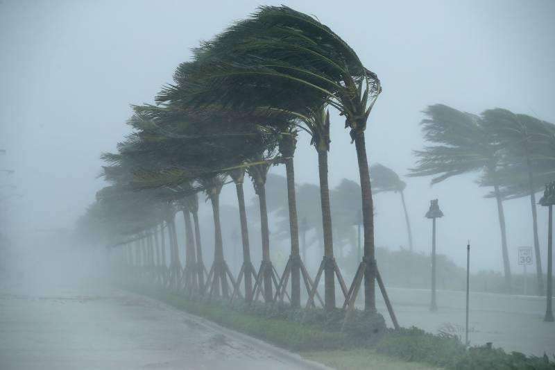 امریکا میں تیز ہواؤں سے چھتیں اور گاڑیاں اڑنے لگیں