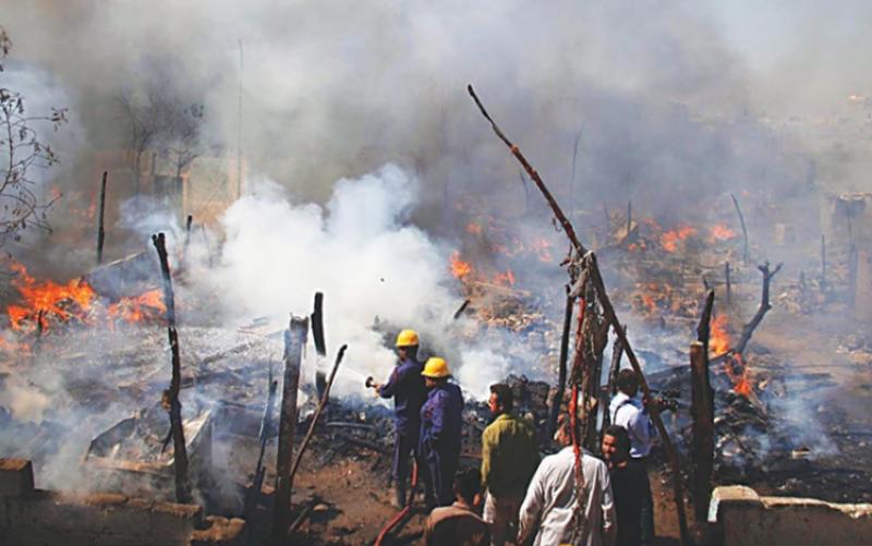 کراچی :کچی آبادی میں لگی آگ پرقابو پا لیا گیا، 100 سے زائد جھونپڑیاں تباہ