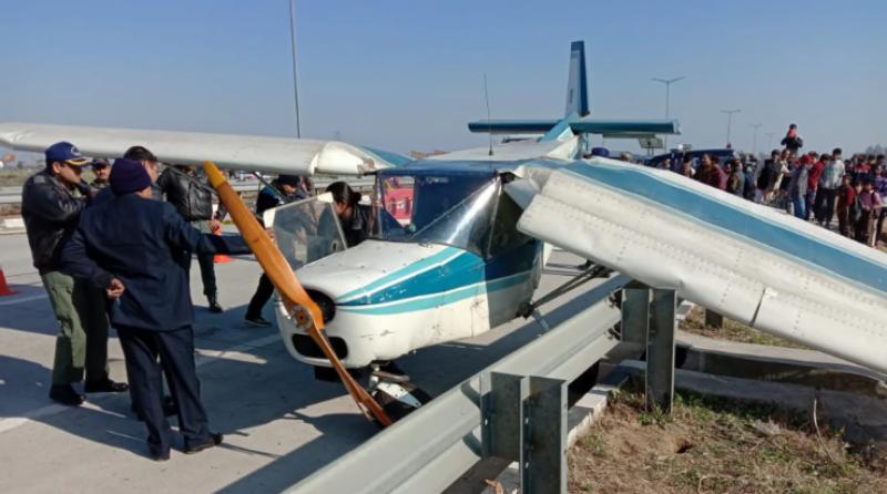 بھارت : طیارے میں فنی خرابی, ہائی وے پرایمرجنسی لینڈنگ