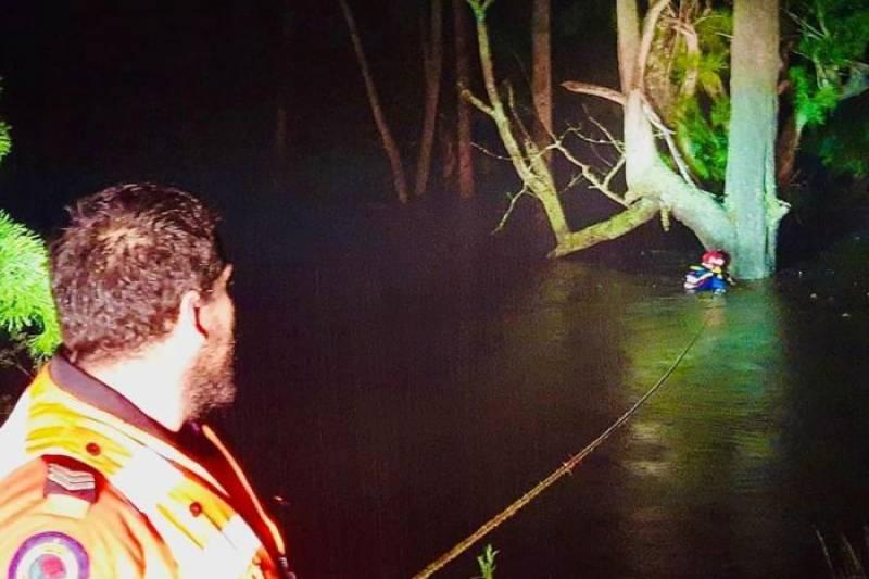 آسٹریلیا، سیلابی ریلے سے بچنے کے لیے درخت سے لٹک کر رات گزارنے والے شخص کو بچا لیا گیا