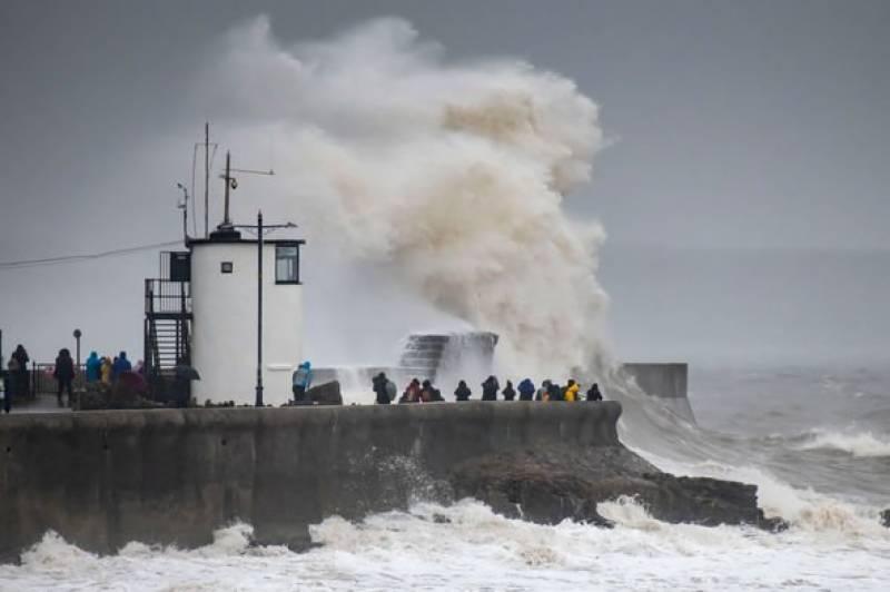 سمندری طوفان ڈینس برطانوی ساحلوں سے ٹکرا گیا