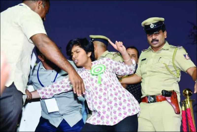 بھارت:متنازع قانون، ہندو لڑکی نے جلسے میں پاکستان زندہ باد کا نعرہ لگا دیا