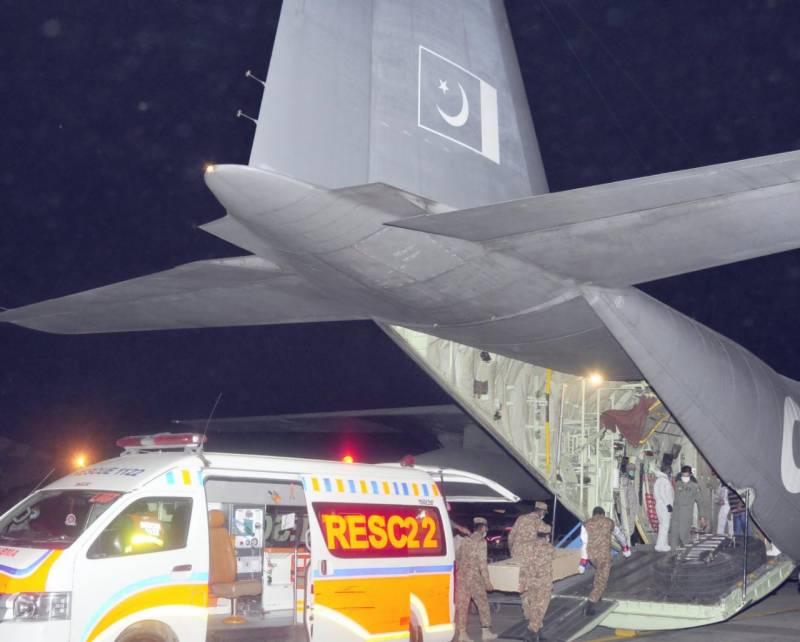 پاک فضائیہ کا سی -130 طیارہ لاہور سے سِکھ یاتریوں کی میتیں لے کر پی اے ایف بیس پشاور پہنچ گیا