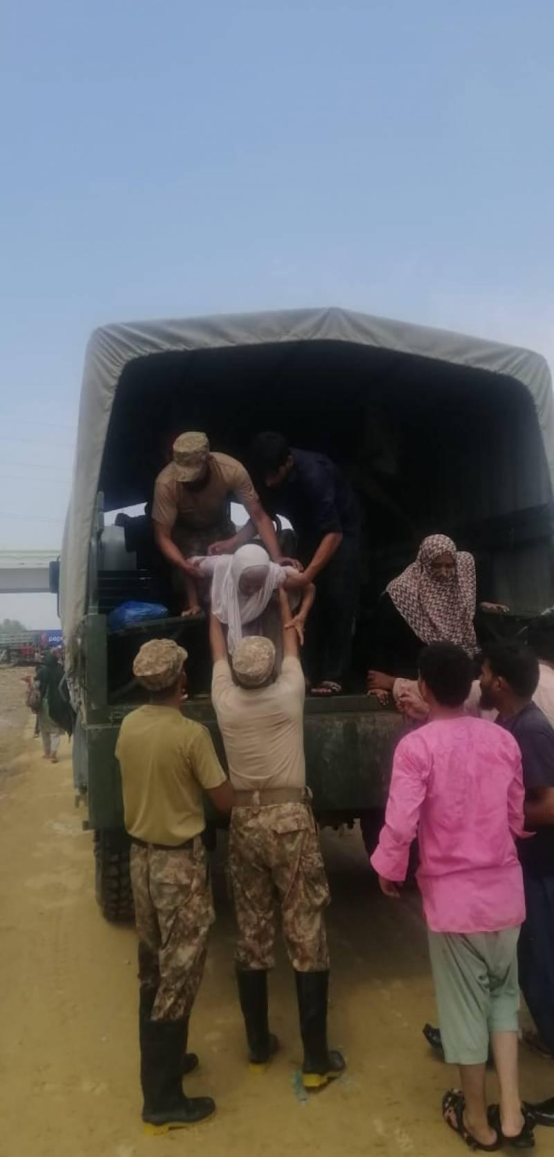 پاک فوج اور بحریہ کی کراچی کے متاثرہ علاقوں میں امدادی کوششیں جاری