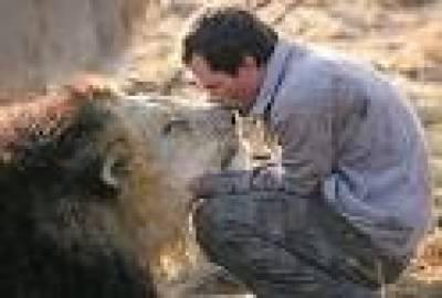 جنوبی افریقہ کے ایک شہری نے چالیس شیروں سے دوستی کرکے دنیا بھر کی توجہ حاصل کر لی ہے۔