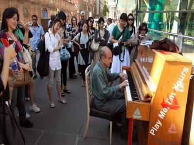 نیویارک کی سڑکوں پردرجنوں پیانو رکھ دئیے گئے ، ٹریفک شوراور ماحولیاتی آلودگی سے تنگ آئے شہری اب سرے راہ اپنی پسند کی دھنیں بھی بکھیرسکیں گے۔