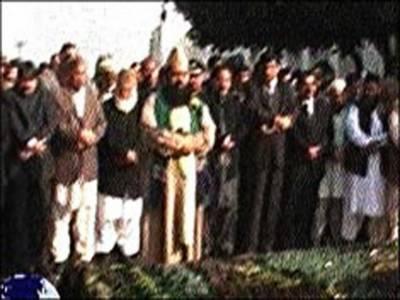 سپریم کورٹ کے جسٹس جاوید اقبال کے والدین کو مقامی قبرستان میں سپرد خاک کر دیا گیا۔