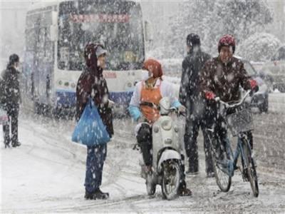 چین کے دارالحکومت بیجنگ میں مہینوں کی خشک سالی کےبعد سال کی پہلی برفباری ہوئی ہے جس سے لوگ محظوظ ہوئے