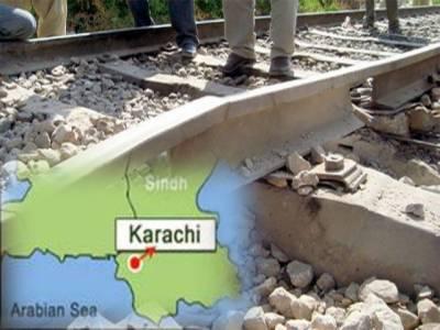 کراچی،حیدرآباد،نواب شاہ اور محراب پورمیں ریلوے ٹریک پربم دھماکوں میں دو افراد زخمی جبکہ ٹرین سروس بھی معطل ہوگئی۔