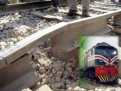 کوٹری ریلوے اسٹیشن کے قریب ڈاون ٹریک پرخوفناک بم دھماکے سےریلوے ٹریک کا کچھ حصہ تباہ ۔