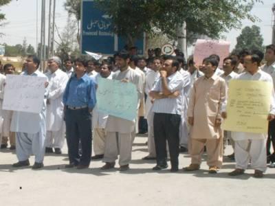 کوئٹہ سمیت بلوچستان بھر میں بولان میڈیکل کالج کے پروفیسر ڈاکٹر ممتاز حیدرکو اغوا کے بعد قتل کرنے کیخلاف ڈاکٹروں کی ہڑتال دوسرے روز بھی جاری ۔