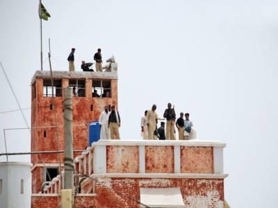 سینٹرل جیل سکھر میں انتظامیہ سے مذاکرات کامیاب ہونے پر قیدیوں نے گزشتہ روز یرغمال بنائے گئے دس اہلکاروں کو رہا کردیا۔