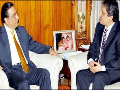 گورنر سندھ ڈاکٹر عشرت العباد نے اسلام آباد میں صدر زرادری سے ملاقات کی ، ذرائع کا کہنا ہے کہ متحدہ کے حکومت میں فیصلے کے لیے اگلے چوبیس گھنٹے انتہائی اہم ہیں۔