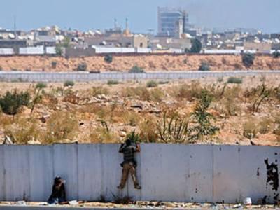لیبیا کے دارالحکومت طرابلس کے گلی کوچوں میں باغیوں اورحکومت کی حامی فورسز میں لڑائی جاری ہے، اور باغی معمر قذافی کے گڑھ باب العزیزیہ تک پہنچنے کےلیے کوشاں ہیں۔