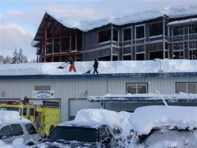شدید برفباری، امریکی ریاست الاسکا میں عمارتیں دس فٹ تک برف میں دھنس گئی، معمولات زندگی بحال کرنے کے لیے برف ہٹانے کا کام جاری۔