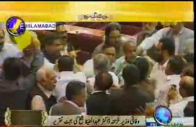 وزیرخزانہ کی بجٹ تقریر کے دوران پیپلز پارٹی اور مسلم لیگ نون کے اراکین دست و گریباں ہو گئے۔
