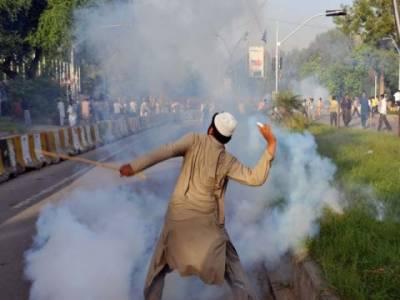 گستاخانہ فلم کیخلاف اسلام آباد آج میدان جنگ بنا رہا۔ پینتالیس پولیس اہلکاروں سمیت ساٹھ افراد زخمی ہو گئے۔