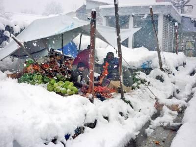 ملک کے مختلف علاقوں میں وقفے وقفے سے بارش کا سلسلہ جاری، چترال میں شدید برفباری سے راستے بند ہوگئے.