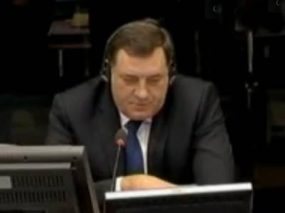 سربیا کےصدر میلوراڈ ڈوڈک نے مسلمانوں کے قتل عام میں ملوث ہم وطن رہنما کارڈ زک کو بچانے کے لیے بوسنیا جنگ کی ذمہ داری مسلمانوں پر ڈال دی.