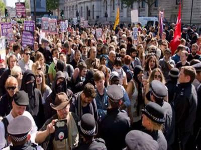 لندن میں انتہا پسند تنظیم انگلش ڈیفنس لیگ نے ایک بارپھراشتعال انگیزمظاہروں کا سلسلہ شروع کردیا , گرمسبی میں مسجدکوشہیدکرنے کی کوشش بھی کی گئی.
