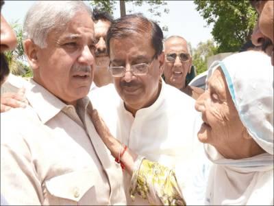 لاہور : شہبازشریف کو ایک بوڑھی خاتون الیکشن میں کامیابی پر مبارکباد دے رہی ہے
